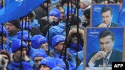 Некоторые митингующие в поддержку Виктора Януковича признаются, что делают это не только по велению сердца, но и с выгодой для себя.