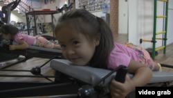 Дочь Жаннат Кауынбаевой делает упражнения. Алматинская область, 21 августа 2018 года.