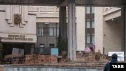 Баррикады у парламента Крыма 27 февраля