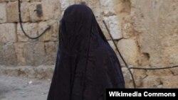 یکی از زنان شال پوش در اورشلیم (بیت المقدس)