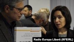 Maia Sandu și Vitalie Ciobanu la o lansare de carte a Europei Libere