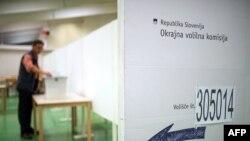 'U Sloveniji na poslednjim izborima 3. juna, veliki uspeh je ostvarila stranka koja se zove Levica, koja zastupa socijalističke ideje. To pokazuje da su te ideje još jako žive i da uživaju veliku potporu.'