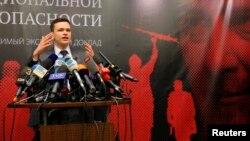 Ілля Яшин під час презентації доповіді про Рамзана Кадирова