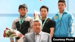 Арли Чонтай (вцентре), казахстанский спортсмен дунганского происхождения, переехавший из Китая.