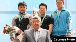 Арли Чонтай (ортада) Қазақстан чемпионатында жүлде алып тұр. 6 маусым. 2012 жыл. Талдықорған.