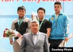 Казахстанский спортсмен Арли Чонтай (в центре в верхнем ряду), переехавший из Китая.