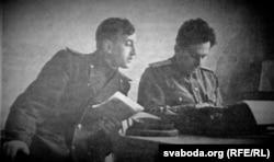 Р. Бярозкін (зьлева) у рэдакцыі газэты «Советское слово», 1946 год