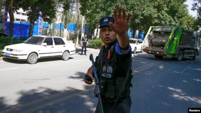 Китайский военный недалеко от предполагаемого лагеря перевоспитания в городе Инин