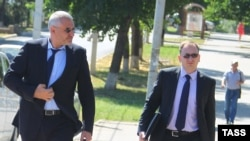 Адвокати Марк Фейгін (ліворуч) і Микола Полозов прямують до зали суду, де проходитиме засідання у справі Надії Савченко, Донецьк, Ростовська область, 30 липня 2015 року