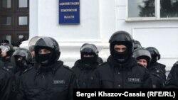 Силовики перед зданием областной администрации в российском Кемерово
