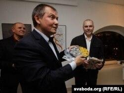 Аляксандар Лукашук уручае падарунак ад праскіх сябоў