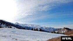 Пиар проекта ГЛК «Кок-Жайляу» предыдущая команда его продвиженцев начала с распространения информации о «девяти метрах снега» на будущем курорте зимой. На самом деле снега там выпадает в десять раз меньше, о чем в 2012 году заявил Центр гидрометеорологического мониторинга Алматы. По этому фото, сделанному во второй половине декабря, видно, что снега на Кок-Жайляу не всегда много. На склонах, обращенных на юг, его зачастую вовсе нет. 19 декабря 2012 года.