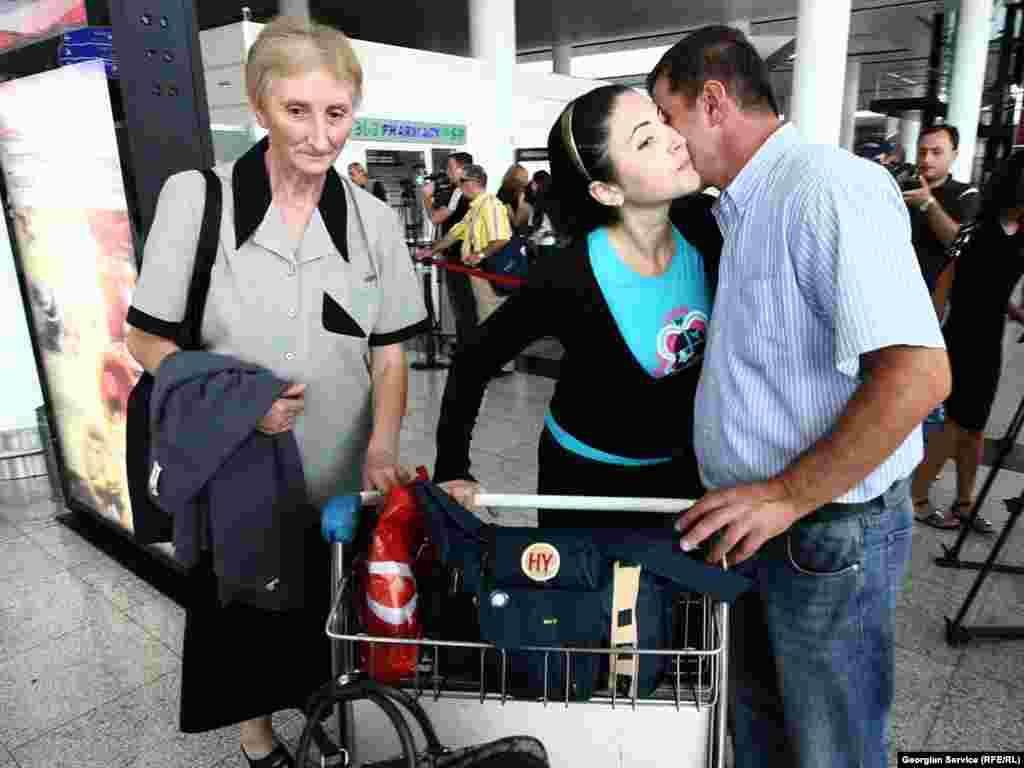 """მოსკოვიდან ჩამოსულებს აეროპორტში ახლობლები დახვდნენ. - 23 აგვისტოს, ბოლო ორი წლის განმავლობაში პირველად, მოსკოვიდან თბილისის მიმართულებით და პირიქით, პირდაპირი ჩარტერული ავიარეისი შეასრულა რუსეთის კომპანია """"სიბირმა"""". 3 ოქტომბრამდე ავიაკომპანიის თვითმფრინავები კვირაში სამ ჩარტერულ რეისს შეასრულებენ."""