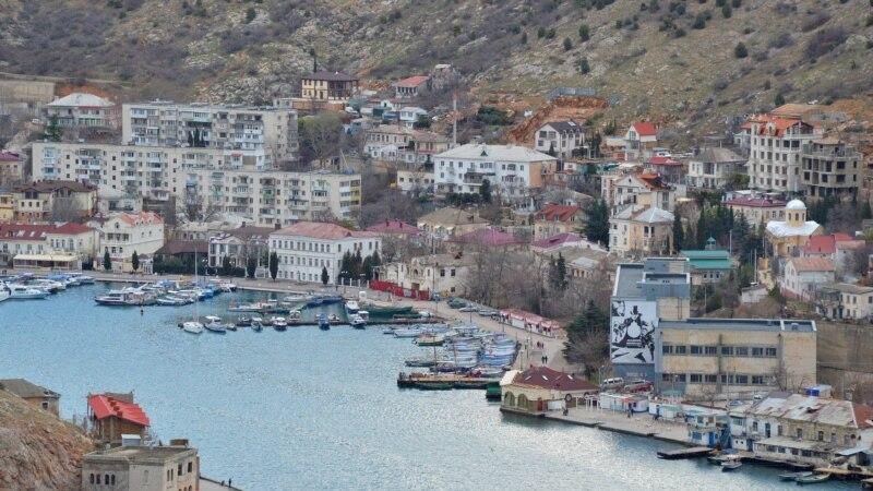 Севастополь: в Балаклаве обнаружили утечку нефтепродуктов из затонувшего катера