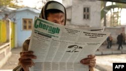 Reading the paper in Kabul.