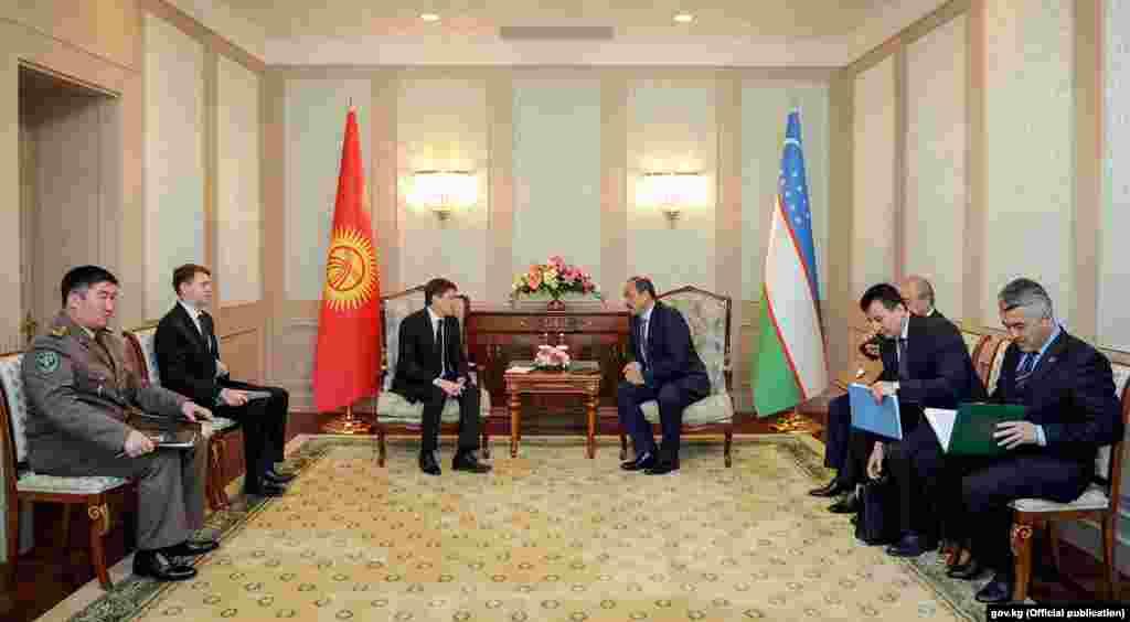 В рамках заседания Исаков провел встречу с премьер-министром Узбекистана Абдуллой Ариповым в узком составе, сообщает правительство Кыргызстана. Они обсудили вопросы двустороннего взаимодействия и развития приграничного сотрудничества между странами.