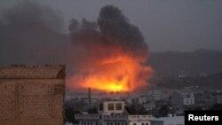 حمله هوایی به پایگاه شبه نظامیان حوثی در صنعا، پایتخت یمن.