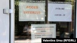 Anunțuri la intrarea într-un spital din Bălți