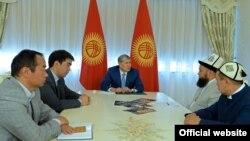 Қырғызстан президенті Алмазбек Атамбаев дін саласындағы сарапшылармен кездесіп отыр. Бішкек, 10 маусым 2016 жыл.