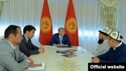 Президент Кыргызстана Алмазбек Атамбаев на встрече с экспертами в сфере религии.