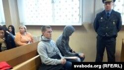 Дзьмітры Цехановіч у судовай зале (у цэнтры)