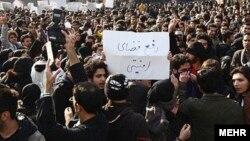 دانشجویان معترض به «فضای امنیتی» در دانشگاهها (در تصویر دانشگاه بهشتی) بارها اعتراضاتی را انجام دادهاند. سازمان عفو بينالملل میگويد جمهوری اسلامی در سه دهه گذشته «کمپينی بیپايه» عليه دانشجويان و دانشگاهيان بهراه انداخته است