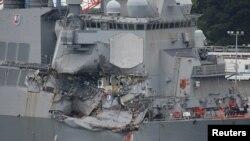 Američki razarač nakon sudara