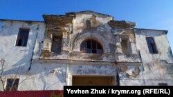 Разрушающийся кинотеатр «Родина» в Балаклаве