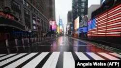 Ээнсиреп калган Нью-Йорктогу Таймс-Сквер. 23-март, 2020-жыл.