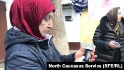 """Жителей дома 45 по ул. Буйнакского ждут вот такие высотки на окраине (на экране телефона). Планировка там """"как в общежитии"""", отмечают они"""