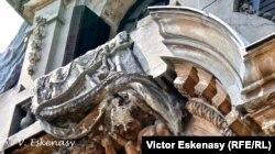"""Palatul Cantacuzino, Muzeul Național """"George Enescu"""", așa-zisă """"consolidare"""" a ornamentelor fațadei, detaliu"""