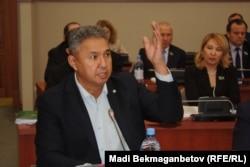 Азат Перуашев, мәжіліс депутаты. Астана, 9 маусым 2016 жыл.