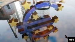 Odraz znaka eura postavljenog ispred Evropske centralne banke u Frankfurtu