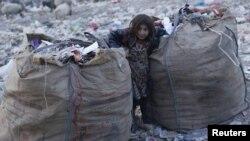 یک طفل افغان در میان زباله های کابل