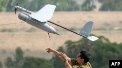 Израильский военный запускает БПЛА (архив)