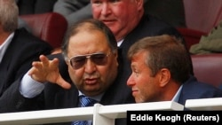 Russian billionaire and Arsenal shareholder Alisher Usmanov (left) talks with Chelsea owner Roman Abramovich. (file photo)