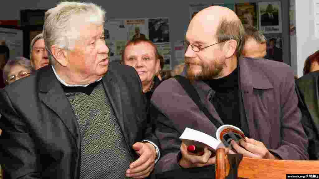 Іосіф Навумчык, бацька аўтара кнігі, і Лявон Баршчэўскі, дэпутат Вярхоўнага Савету 12-га скліканьня