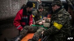 Пораненого українського солдата транспортують до госпіталю в Артемівську (ілюстративне фото)
