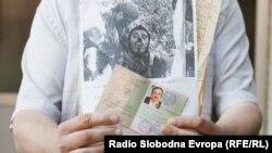Rade Kaurin pokazuje ličnu kartu svog oca Sretka i fotografije koje je dobio o ubijanjima na ozrenskom ratištu, foto: Maja Bjelajac
