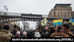 Банер «Росія почала війну тут!», який активісти повісили на пішохідному мосту на Алеї Небесної Сотні в шосту річницю загибелі найбільшої кількості учасників Революції гідності. Київ, 20 лютого 2020 року