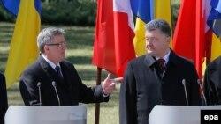Архивное фото. Президент Польши Бронислав Коморовский (слева) и президент Украины Петр Порошенко. 9 апреля 2015