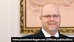 I nominuar për ambasador të SHBA-së në Kosovë, Jeffrey M. Hovenier.