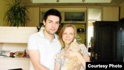 Роман Харченко, анын сүйлөшкөн кызы Юлия жана мышыгы Руди сизди Черниговдо тосуп алганга даяр