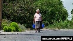 Արմավիրի մարզի Այգեկ գյուղի տարեց բնակչուհին ստիպված է ամեն օր դույլերով ջուր կրել, հուլիս, 2017 թ․