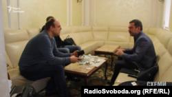 Депутат Сергій Мартиняк, очікуючи на свій літак в залі офіційних делегацій, переконує журналіста, що він не депутат, а бізнесмен