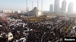 """Грозныйда өткен """"діни сезімге тіл тигізуге"""" қарсы шеру. 19 қаңтар 2014 жыл."""