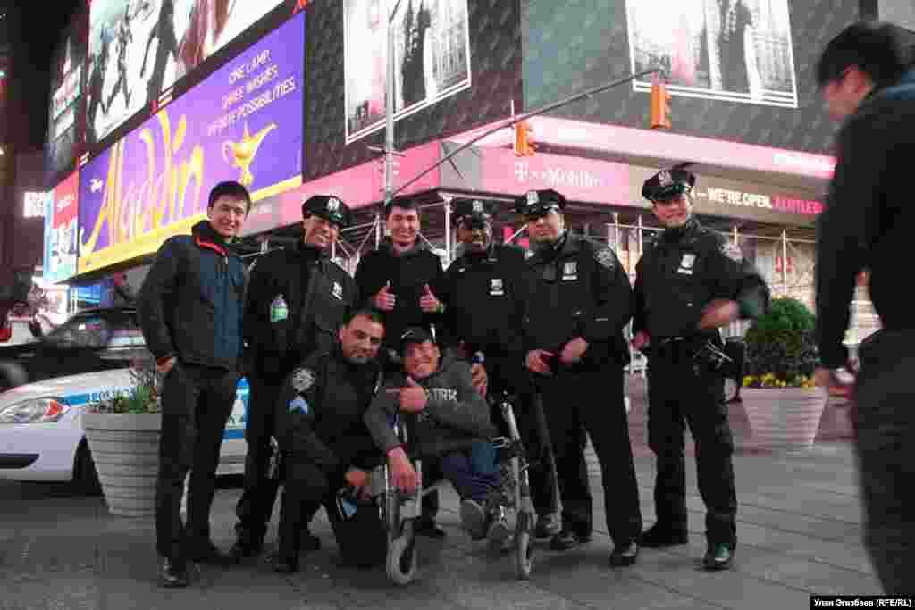 Фото с сотрудниками полиции в Нью-Йорке.