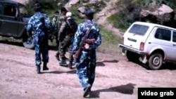 Сотрудники сил безопасности Таджикистана в ущелье Ромит близ Душанбе, 7 сентября 2015 года.