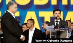 Порошенко і Зеленський під час розмови на стадіоні