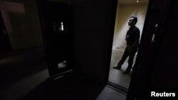 رجل يقف وسط زنزانة أثناء جولة للصحفيين في سجن بالعراق